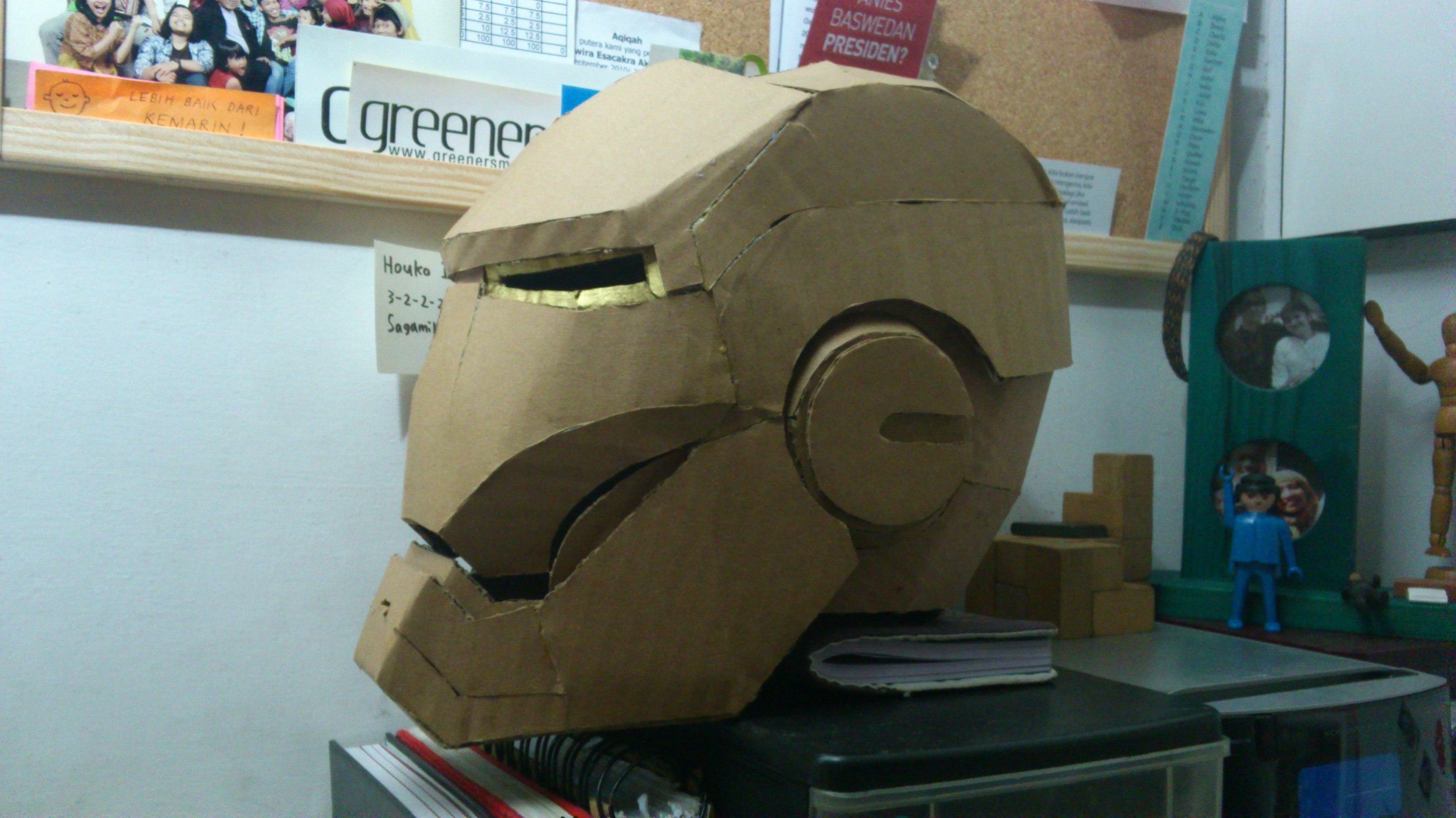 Topeng Iron Man Berwujud Kardus Nur Maliyanti